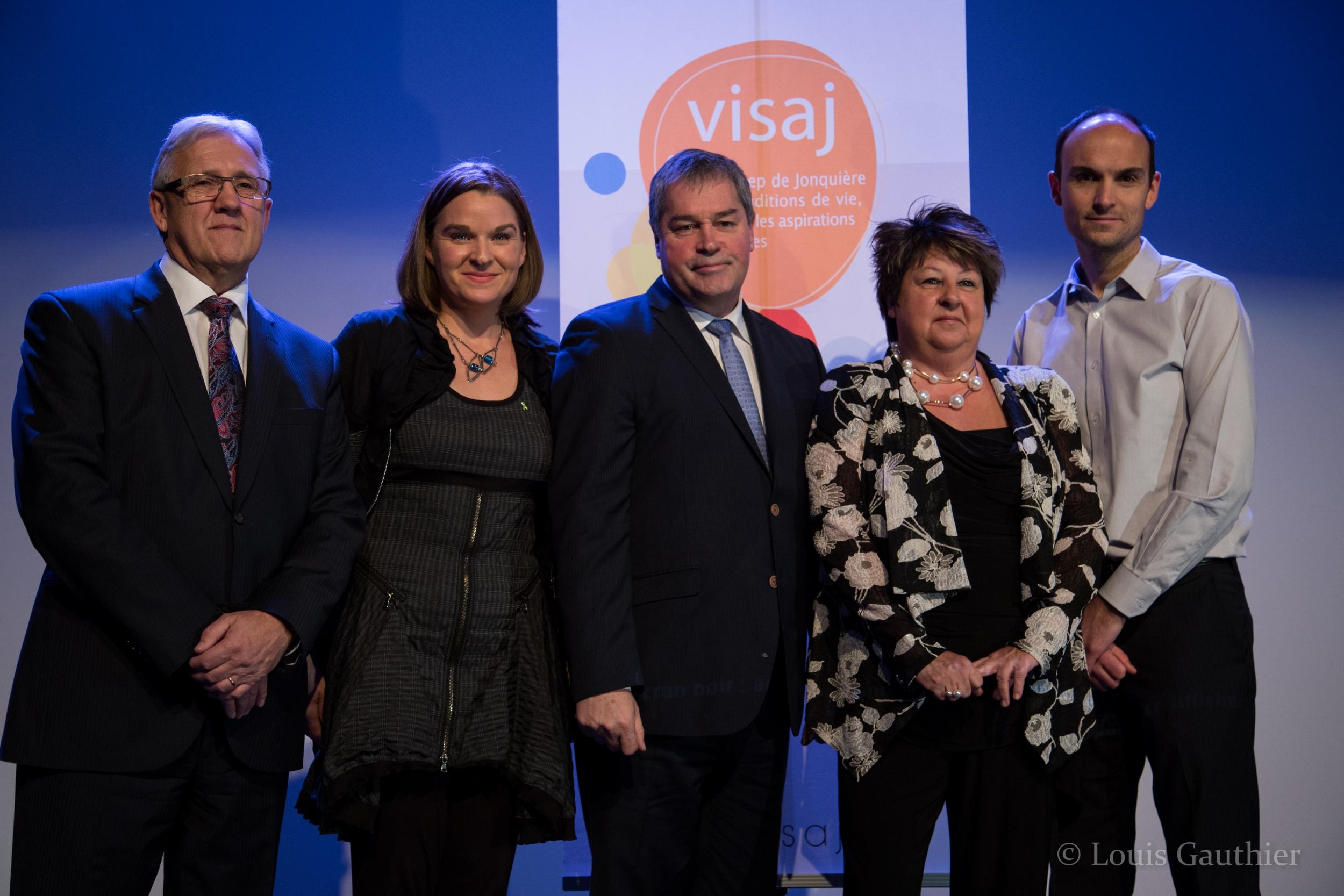 Le ministre Yves Bolduc, entouré de M. Michel Perron, de Mme Isabel Auclair, de Mme Guylaine Proulx et de M. Stéphane Allaire.